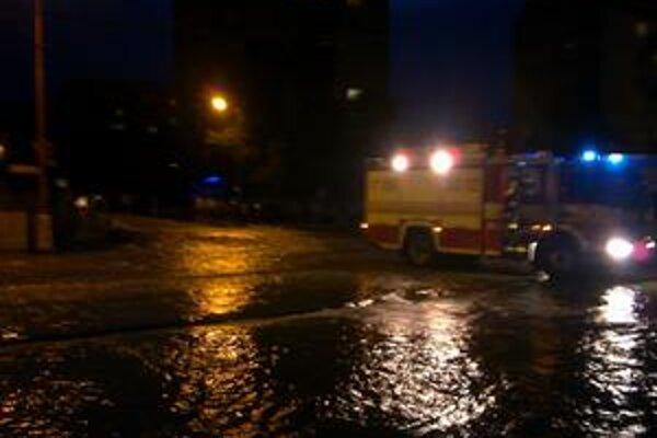 Račianska pri Figare bola v nedelu večer zatopená.