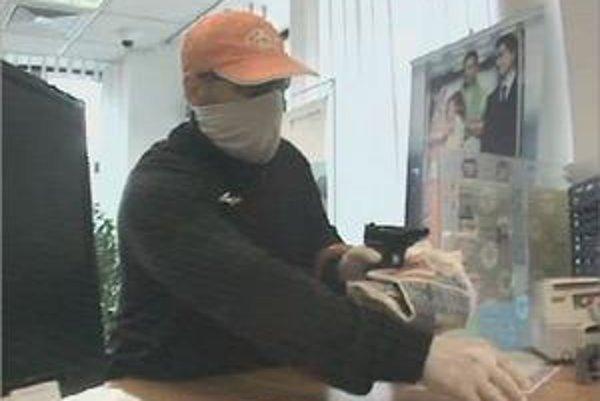 Polícia prosí ľudí o pomoc pri pátraní po lupičovi.