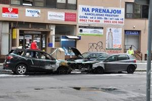 Dnes okolo obeda zhoreli na Páričkovej ulici Hyundai Santa Fe, VW Golf a Opel Astra.