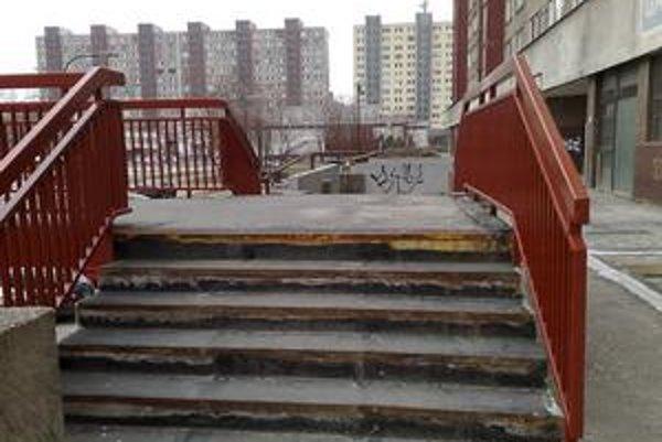 Na komplexnú rekonštrukciu terasy, kde by pribudli aj lavičky, nové osvetlenie, koše a vymenil by sa povrch, petržalská samospráva nemá dostatok peňazí. Na Osuského opravili schody, zábradlie, kanálové vpusty. Nanovo je natretý betónový múrik.