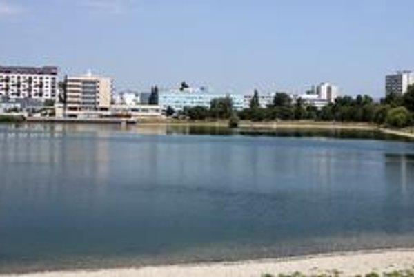 Štrkovecké jazero ohrozuje plánovaná výstavba. Má tu vyrásť polyfunkčný komplex troch budov - 4-, 5- a 10-podlažná, zbúrať sa má aj hotel Junior v tesnej blízkosti jazera.
