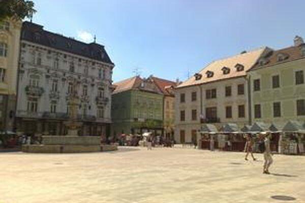 Vyľudnené Hlavné námestie v Bratislave počas obeda.