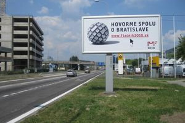 V meste je pätnásť bilbordov, tento je na Panónskej ceste.