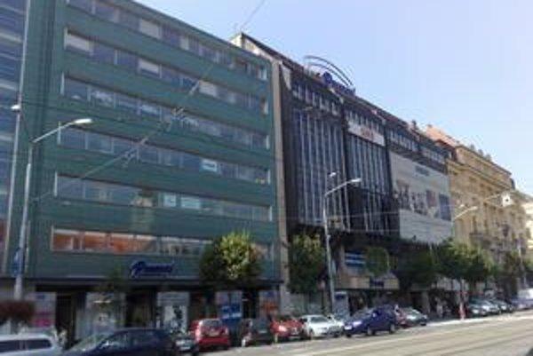 Orco, vlastník obchodného domu Dunaj, inzeruje na budove kancelárske a obchodné priestory na prenájom. Na otázku, koľko z priestorov prenajíma a koľko je voľných, spoločnosť neodpovedala. Druhé poschodie je uzavreté,  bez obchodov.