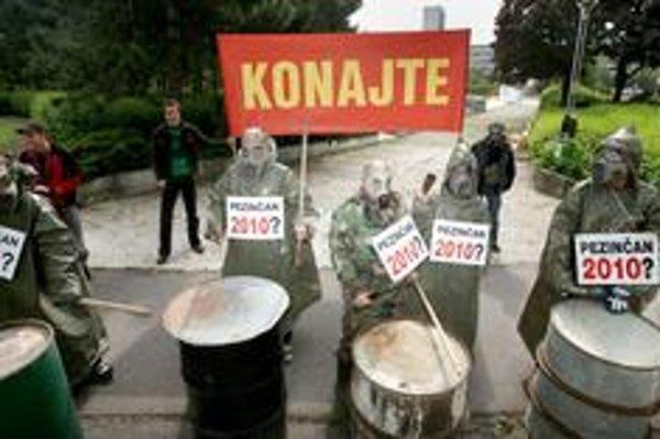 Pezinčania v ochranných odevoch a plynových maskách protestovali pred Úradom vlády ešte počas vládnutia Roberta Fica proti zavážaniu pezinskej skládky.