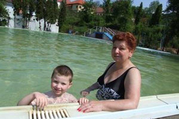 Kúpalisko v Sklených Tepliciach. Dana s vnukom Boriskom si pochvaľovali vodu, aj dostatok priestoru.