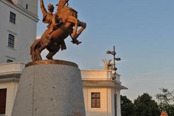 Autorom kontroverznej Svätoplukovej sochy je Ján Kulich.