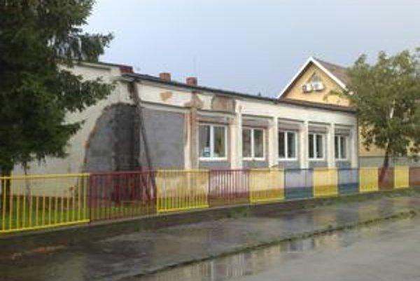 Materské centrum otvorila mestská časť 16. februára. Priestory na Halášovej ulici, kde sídli, boli roky opustené a chátrali. Vnútri fungujú dve herne, za vstup do voľnočasového centra sa však platí.