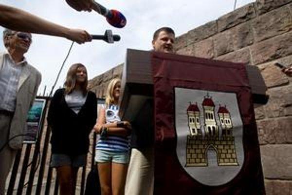 Alojz Hlina ohlásil kandidatúru na cintoríne.