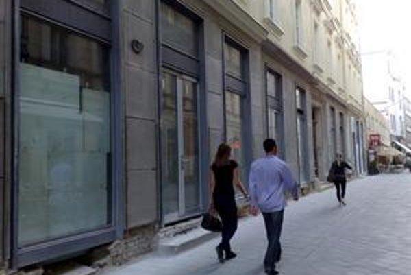 Zo strany Laurinskej ulice na paláci Motešických opravujú parter.