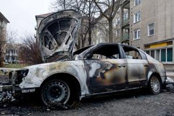 Vozidlá politikov horia aj v Bratislave. Takto dopadlo auto riaditeľa úradu Bratislavského samosprávneho kraja Bystríka Žáka (SDKÚ) začiatkom marca.