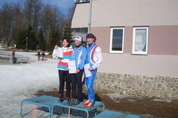 Tri najrýchlejšie v pretekoch žien a junioriek. Zľava druhá Petra Urgelová , víťazka Lucia Klimková , tretia Jana Sedláková.