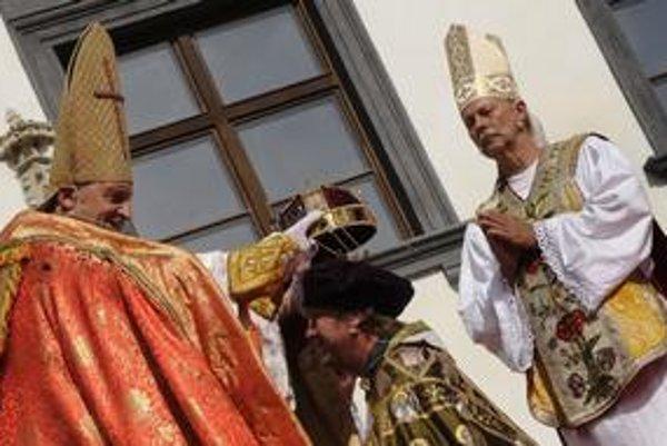 Predstavitelia kráľov a kráľovien Uhorska sa menia. Naopak predstaviteľ cirkevného hodnostára, ktorý ich korunoval nie. Býva ním František Kovár. Tento rok stvárni ostrihomského arcibiskupa Jána Lippaia.