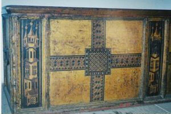Truhlica zdobená intarziou zo zbierok na hrade Červený kameň.