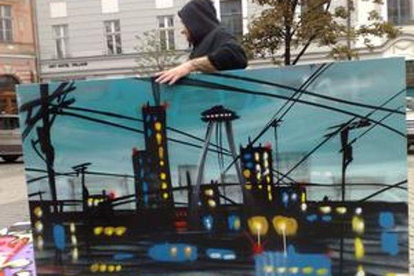 Americký umelec Saber pred Starou Tržnicou so svojím dielom.