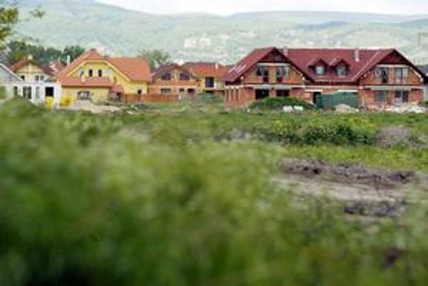 Plánovaná nová štvrť v lokalite Čierna Voda poskytne bývanie pre vyše 40-tisíc ľudí. Domáci však chcú vidiecky charakter lokality zachovať. Niekoľkoposchodové bytovky nechcú.