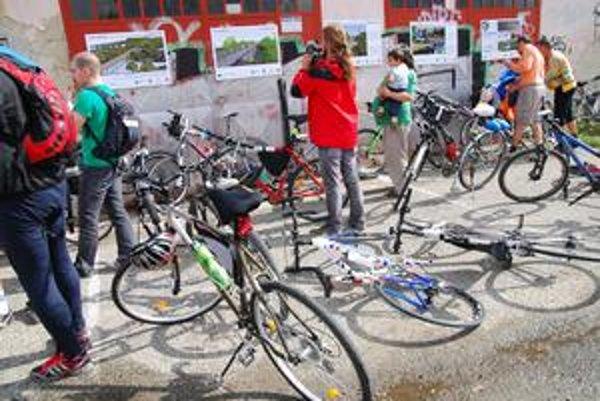 Cyklisti svojou jazdou podporili výstavbu cyklomosta.