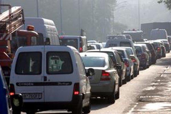 Rýchlostná cesta R7, ktorá spojí Bratislavu s južným Slovenskom, má pomôcť komplikovanej doprave. Cesta sa má napojiť aj na diaľnicu D1.