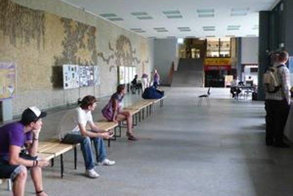 Mlyny každoročne dostanú viac žiadostí o ubytovanie, ako môžu poskytnúť. Po ubytovaní študentov z Univerzity Komenského dostávajú šancu aj študenti z iných univerzít. Voľných izieb je však už iba pár desiatok.