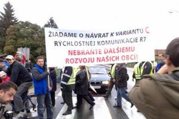 Za štyri roky na frekventovanej ceste, kde dnes protestovali obyvatelia, zomreli ôsmi ľudia.