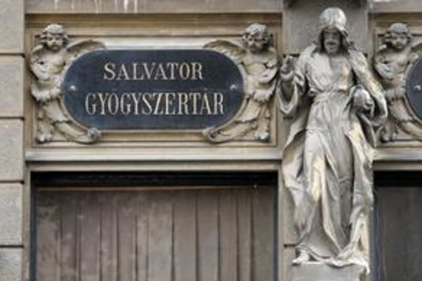 Mesto má rozhodnúť aj o zámene starej lekárne Salvator za budovu, kde sídli antikvariát Steiner.
