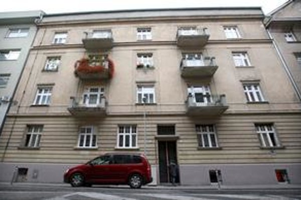 Byt bol podľa fotografií od Jána Figeľa v dezolátnom stave a musel ho rekonštruovať. Napriek tomu bola jeho skutočná hodnota niekoľkonásobne vyššia.