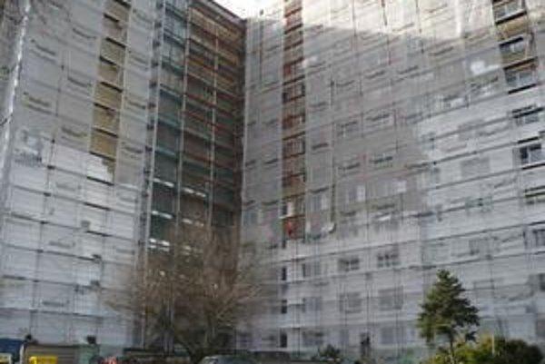 Oprava fasády internátu Bernolák by nemala mať vplyv na zvýšenie poplatkov za ubytovanie.