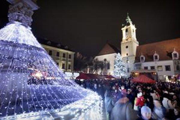 Atmosférou sú si vianočné trhy v centre mesta a Vianočný bazár Medzinárodného klubu žien podobné.