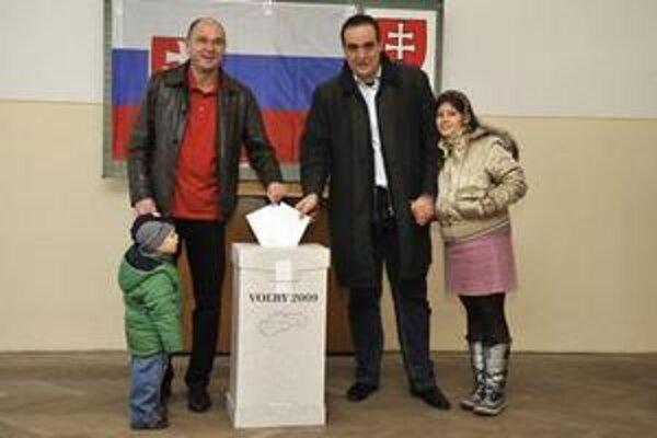 Richard Sulík prišiel voliť s bratislavským županom Pavlom Frešom.