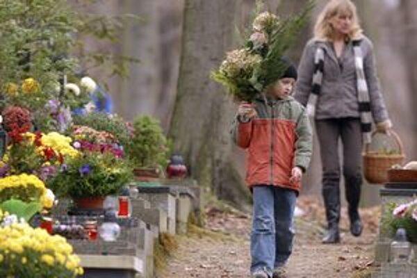 Na cintorínoch je počas sviatkov návštevníkom k dispozícii špeciálna služba.
