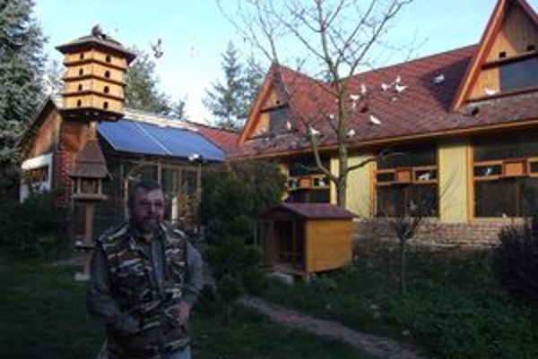 Pred holubím palácom. Ján Martinka tvrdí, že taký má na Slovensku málokto.