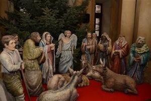 """Vo vstupnej hale Primaciálneho paláca pod vianočným stromčekom je """"putujúci betlehem"""". Je jedným z tridsiatim umeleckých jasličiek, ktoré sa nachádzajú v európskych mestách."""
