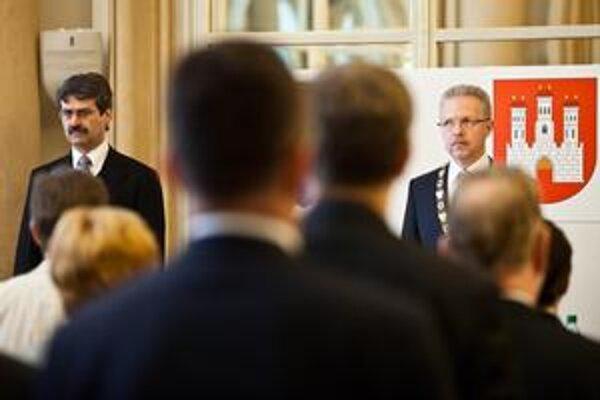 Nový ľavicový primátor Milan Ftáčnik (vľavo) strieda pravicového Andreja Ďurkovského (vpravo). Rozhodovať však budú vo veľkej miere poslanci.