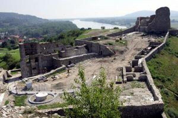 Devín je známy svojimi pamiatkami. Je však najmenšou mestskou časťou a má finančné problémy.