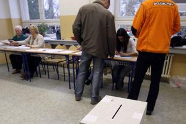 Viacerí voliči chcú byť pri sčítavaní hlasov.