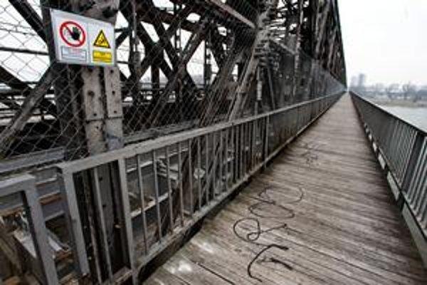 Starý most dnes. Zajtra sa má dať medzi centrom a Petržalkou opäť prejsť pešo. Metro chce most sprístupniť o deviatej ráno. Peších chráni bezpečnostné pletivo, na konštrukcie bude vstup zakázaný.