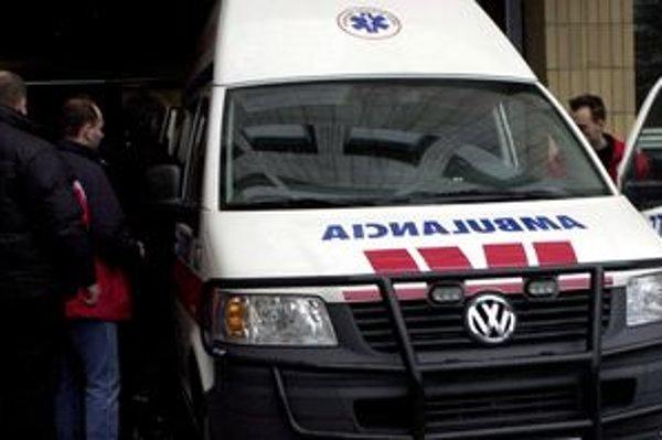 Dve zranené chodkyne odviezli záchranári do nemocnice.