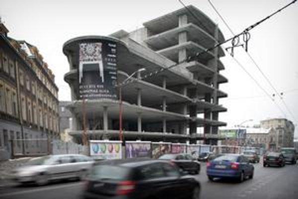 Kauza, ktorá sa v Bratislave ťahá už roky, je teraz na súde. Ministerstvo má majiteľovi skeletu na Šancovej zaplatiť 17,5 milióna eur.
