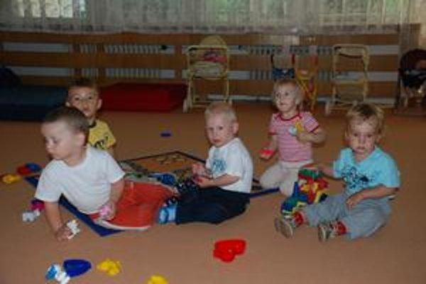 Deti z bývalých dúbravských súkromných jaslí, neskôr im mestská časť ukončila nájom v budove.
