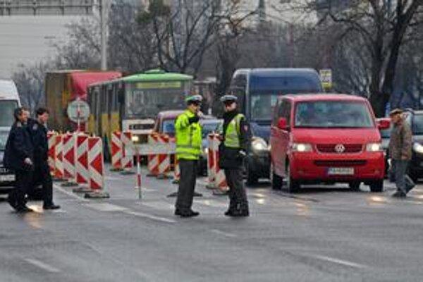Dopravné obmedzenia platili v okolí štadióna O. Nepelu v piatok popoludní.