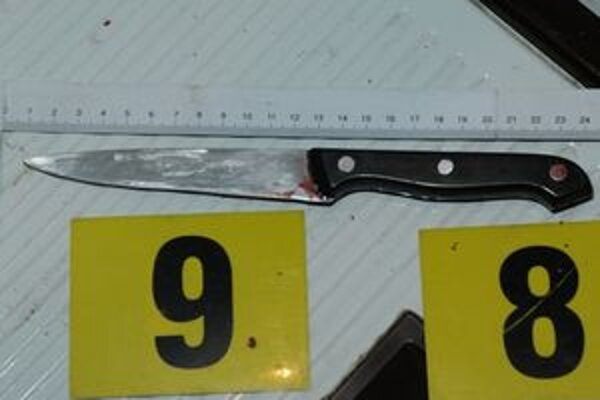 Muž na svoju družku zaútočil kuchynským nožom.