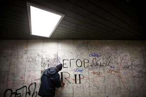 V podchode na Trnavskom mýte odstraňujú grafity.