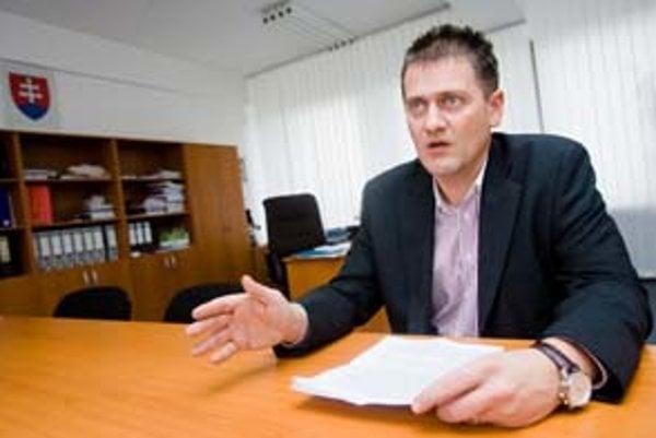 Patrick Lutter je prednostom obvodného úradu životného prostredia v Bratislave. V minulom volebnom období bol mestským poslancom, dnes je miestnym poslancom Nového Mesta. Kandidoval za koalíciu SDKÚ, KDH, SZ, SF, SMER, HZDS a SNS. Je členom poslaneckej ko