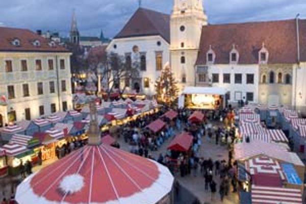 Pre vianočné trhy sú typické zahrievacie nápoje. Oproti trhom vo Viedni však punče v Bratislave majú menej ovocia a chuti.