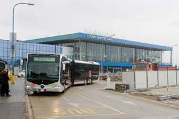 Najdlhší veľkokapacitný autobus má vyše devätnásť metrov a odvezie takmer dvesto cestujúcich. Z Petržalky pôjde popri nákupných centrách až na letisko.