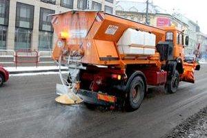 V Prahe klasickú soľ na cesty nepoužívajú vôbec, v Bratislave hojne.