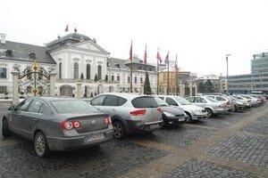 Pred Prezidentským palácom sa minulý týždeň parkovalo pár metrov od plota a pri fontáne. Situácia sa tu zhoršuje, vodiči si z voľnej plochy uprostred námestia spravili parkovisko.