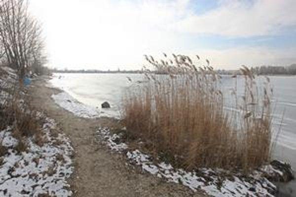 Divoká pláž na severnej strane jazera Zlaté piesky sa má revitalizovať, na južnej strane sa má zmeniť tvar pobrežia. Meniť sa má aj zastaraný rekreačný areál zo 60. rokov.