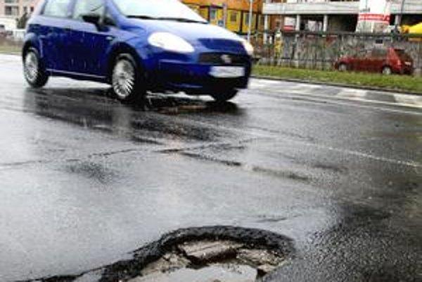 Vodiči by mali byť opatrní napríklad neďaleko križovatky Bajkalská - Trnavská. Okrem viacerých malých dier môžu kolesom vbehnúť aj do jamy v tvare srdca.
