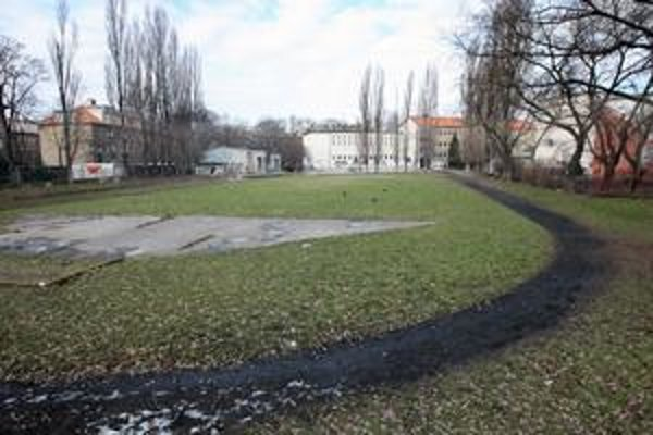 Pozemky pod športoviskom pri ZŠ Kulíškova sú jedny z mála v správe Ružinova.